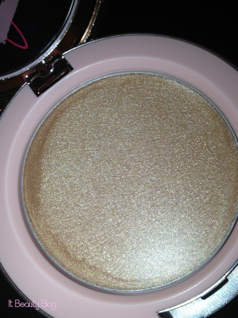 Riri hearts MAC Cream Colour Base flash